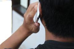 Sosteniendo un teléfono, el hombre está llamando, la versión 7 fotos de archivo libres de regalías