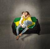 Sostenitore di calcio che abbraccia dopo lo scopo immagini stock
