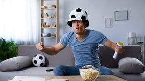 Sostenitore di calcio nel calcio di rigore decisivo aspettante del cappello del fan, campionato fotografie stock libere da diritti