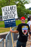 Sostenitore di Trump che tiene Hillary Delete Yourself Sign Fotografia Stock