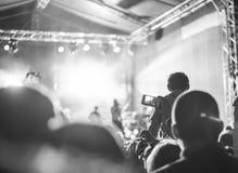 Sostenitori che registrano al concerto Fotografia Stock