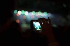 Sostenitori che registrano al concerto Fotografie Stock