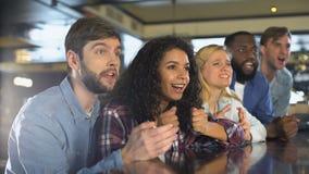 Sostenitori deludenti del gruppo che guardano insieme campionato, entusiasmo di fan archivi video