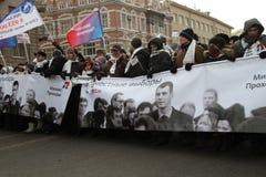 Sostenitori di Mikhail Prokhorov su marzo per le elezioni giuste Immagini Stock