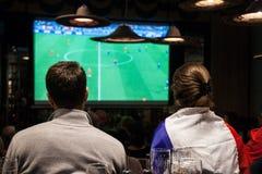 Sostenitori francesi che incoraggiano e che guardano la partita finale 2018 di calcio dei semi della coppa del Mondo di calcio de immagini stock libere da diritti