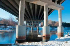 Sostiene il ponte sopra il fiume Fotografia Stock