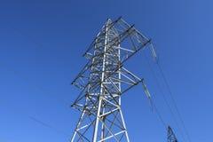 Sostiene le linee elettriche ad alta tensione contro il cielo blu Fotografia Stock Libera da Diritti