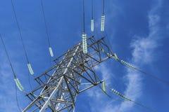 Sostiene le linee elettriche ad alta tensione contro il cielo blu con il clou Fotografie Stock Libere da Diritti