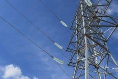 Sostiene le linee elettriche ad alta tensione contro il cielo blu con il clou Immagini Stock