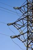 Sostiene le linee elettriche ad alta tensione contro il cielo blu Industria elettrica Fotografie Stock Libere da Diritti