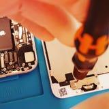 Sostituendo il LCD visualizzi il repare istantaneo di Iphone 6S immagini stock