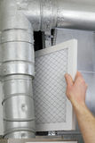 Sostituisca il filtro dell'aria domestico Fotografia Stock Libera da Diritti