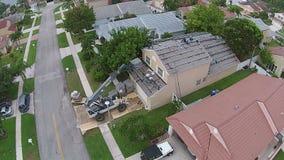 Sostituzione del tetto sulla casa stock footage