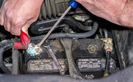 Sostituzione della batteria di automobile fotografia stock