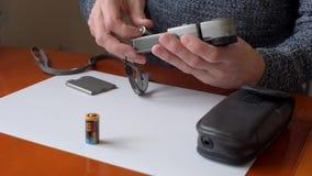 Sostituzione della batteria in flashmeter stock footage