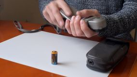 Sostituzione della batteria in flashmeter video d archivio