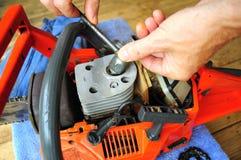 Sostituzione della spina di scintilla, manutenzione della sega a catena Fotografia Stock Libera da Diritti