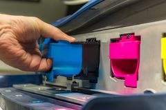Sostituzione di toner magenta in una stampante digitale professionista fotografie stock libere da diritti