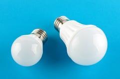 Sostituzione incandescente moderna della lampadina di due lampadine del LED Fotografia Stock