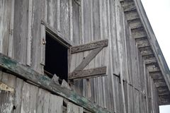 Sotão aberto resistido velho do feno do celeiro cinzento Foto de Stock Royalty Free