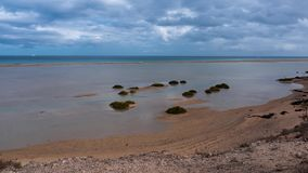 Sotavento della laguna, marea in aumento e movimento delle nuvole, iper intervallo al rallentatore stock footage