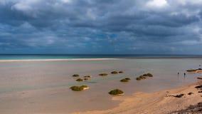 Sotavento della laguna, marea in aumento e movimento delle nuvole, iper intervallo al rallentatore video d archivio