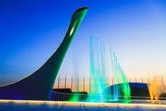 Sotchi Adler, Rusland - Maart 11, 2017: Kleurrijke verlichte muzikale fonteinen in de avond Stock Afbeelding