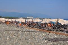SOTCHI, RUSLAND - AUGUSTUS 3, 2017: Zonbedden en paraplu's op het strand in het Imereti-laagland Royalty-vrije Stock Foto's