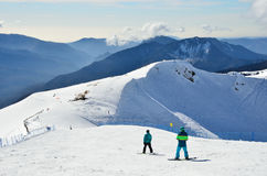 Sotchi, Rusland die, 29 Februari, 2016, Mensen bij de skitoevlucht Rosa Khutor snowboarding Stock Foto's