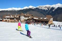 Sotchi, Rusland die, 29 Februari, 2016, Vrouwen bij de skitoevlucht Rosa Khutor snowboarding Stock Afbeeldingen