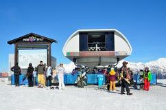 Sotchi, Rusland, 29 Februari, 2016, Mensen bij de hogere post van de kabelwagen Strela in de skitoevlucht Rosa Khutor Royalty-vrije Stock Afbeelding