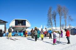 Sotchi, Rusland, 29 Februari, 2016, Mensen bij de hogere post van de kabelwagen Strela in de skitoevlucht Rosa Khutor Royalty-vrije Stock Foto's