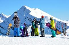 Sotchi, Rusland, 29 Februari, 2016, Peole die en bij de skitoevlucht Rosa Khutor ski?en snowboarding Stock Afbeeldingen