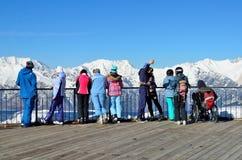 Sotchi, Rusland, 29 Februari, 2016, Skitoevlucht Rosa Khutor De mensen bekijken van bergen van het observatiedek van Rosa piek Stock Afbeelding
