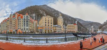 "SOTCHI, RUSLAND - JANUARI 10, 2015: De dijk van de skitoevlucht ""Rosa KhutorÂ"" Royalty-vrije Stock Afbeelding"