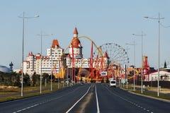 Sotchi, Rusland - Januari, 2017 - Olympische Weg beëindigt Sotchi met een park met aantrekkelijkheden en het Hotel Complexe Bogat Royalty-vrije Stock Foto