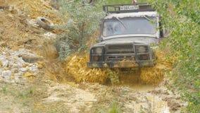 Sotchi, Rusland 5 Juni: Autowiel op een landweg Off-road band met modder, vuilterrein wordt behandeld dat Openlucht, avonturen en Stock Foto