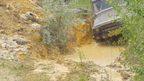Sotchi, Rusland 5 Juni: Autowiel op een landweg Off-road band met modder, vuilterrein wordt behandeld dat Openlucht, avonturen en Stock Foto's