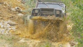 Sotchi, Rusland 5 Juni: Autowiel op een landweg Off-road band met modder, vuilterrein wordt behandeld dat Openlucht, avonturen en Royalty-vrije Stock Afbeelding