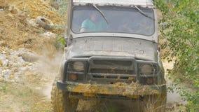 Sotchi, Rusland 5 Juni: Autowiel op een landweg Off-road band met modder, vuilterrein wordt behandeld dat Openlucht, avonturen en Royalty-vrije Stock Foto's