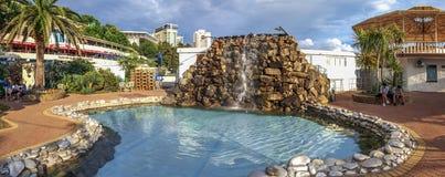SOTCHI, RUSLAND - JUNI 16, 2018: Kunstmatige waterval met een zwembad Stock Afbeelding