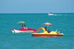 Sotchi, Rusland - 24 Juni, 2014, Overzeese Vakantiegangers berijdt waterfietsen Royalty-vrije Stock Foto