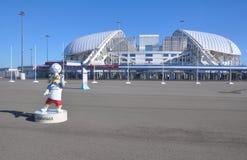 SOTCHI, RUSLAND - JUNI 5, 2017: Stadion ` Fisht ` en de mascotte van de Wereldbeker 2018 Zabivaka in het Olympische Park Royalty-vrije Stock Fotografie