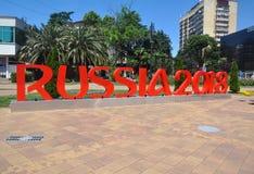 SOTCHI, RUSLAND - JUNI 5, 2017: Stadsbeeldhouwwerk in het centrum van Sotchi - rode brieven ` Rusland 2018 ` Stock Foto's