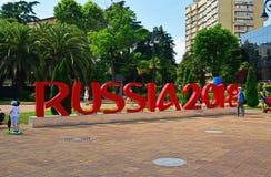 Sotchi, Rusland - Mei 30 2018 de installatie van inschrijving symboliseert de Wereldbeker 2018 van FIFA in Behulpzaam Vierkant royalty-vrije stock foto's