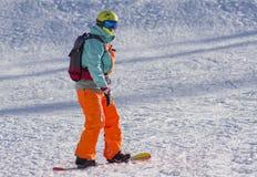 Sotchi, Rusland, 10-01-2018 Rosa Khutor-skitoevlucht Een snowboarder berijdt onderaan de helling royalty-vrije stock foto