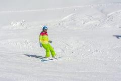 Sotchi, Rusland, 11-01-2018 Rosa Khutor-skitoevlucht, Meisje Snowboarder in heldere kostuums bovenop Rose Peak bij een hoogte van royalty-vrije stock foto