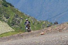 SOTCHI, RUSSIE - 16 AOÛT 2014 : Cavalier tous terrains de moto en montagnes d'été photographie stock libre de droits