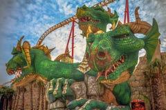 SOTCHI, RUSSIE - 21 FÉVRIER 2014 : Attraction avec une sculpture en dragon Photographie stock