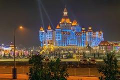 SOTCHI, RUSSIE - 21 FÉVRIER 2014 : Hôtel Bogatyr avec l'illumination de nuit Image libre de droits